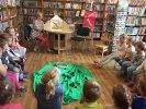 Chroń las, bo on chroni nas!_1 Dzieci siedzą na ławeczkach, a moderatorka przy pomocy teatrzyku obrazkowego czyta im opowiadanie o Puszczy Białowieskiej