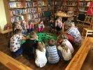 Chroń las, bo on chroni nas!_3 Dzieci kucają przy bibliotecznej