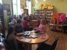 dkk grudzień_1 Mali klubowicze przeglądają biblioteczne książki.