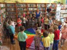 Dzieci stoją na około kolorowej chusty animacyjnej w rękach trzymają instrumenty - zaczynamy zabawę.