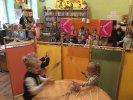 """""""Smerfne Jeże"""" bawią się i dyskutują w konstantynowskiej bibliotece _1 Dzieci stoją za parawanem i poruszają kukiełkami"""