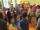 Dzieci stoją wokół kolorowej chusty animacyjnej - jedna osoba stoi po środku chuty. Bawimy się w zabawę