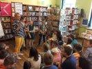 Pani Joanna wyjaśnia dziecięcej publiczności zasady kolejnego, wesołego konkursu.