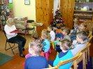 Dzieci słuchają bajek z książki