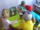 Dzieci malują maski tygrysa