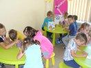 Przedszkolaki malują zakładki z Florką, do książek.