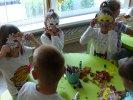 Przedszkolaki robią maski lwa