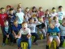 Stado lwów - dzieci w maskach lwa