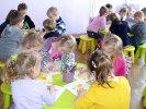 Przedszkolaki w trakcie malowania kurczaczka.