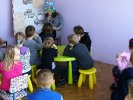 Przedszkolaki w trakcie słuchania książki.
