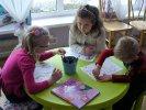 Dzieci rysujące portrety.