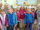 Dzieci w czapeczkach.