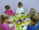 Przedszkolaki w trakcie wykonywania krówki