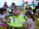 Wykonywanie robota przez dzieci.