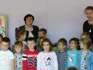 Renata Piątkowska i Malwina Kożurno - pamiątkowe zdjęcie z przedszkolakami