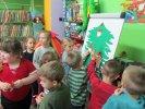 Dzieci samodzielnie przyklejały ozdoby_1
