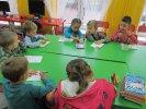 Na koniec przedszkolaki z Piątki pokolorowały wrayzwa i owoce_1