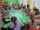 Przedszkolaki pokolorowały warzywa i owoce we właściwych kolorach_1