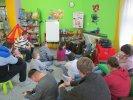 Uczniowie ze Szkoły Specjalnej uważnie słuchali książki_1