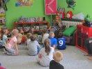 Dzieci wysłuchały opowiadania o słoniu Elmerze i motylku_1