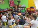 Przedszkolaki słuchają opowiadania o korzyściach z pomagania innym_1