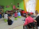 Uczniowie szkoły specjalnej słuchają opowiadania_1