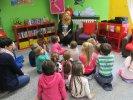 Przedszkolaki słuchają treści książki Kłopot_1