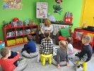 Dzieci słuchają książki o zwierzętach_1