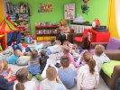 Przedszkolaki słuchają treści książki
