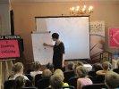 Dzieci wraz z autorką tworzą portret pisarza_1
