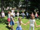 Dzieci słuchały książki w parku_1