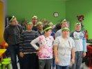 Dzieci z Zespołu Szkół Specjalnych w wykonanych przez siebie opaskach żabek_1